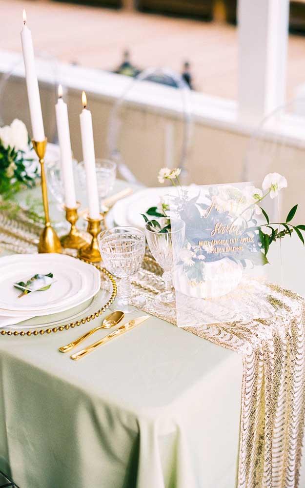 Nada como uma mesa posta cheia de requinte e elegância para comemorar os 50 anos de casados