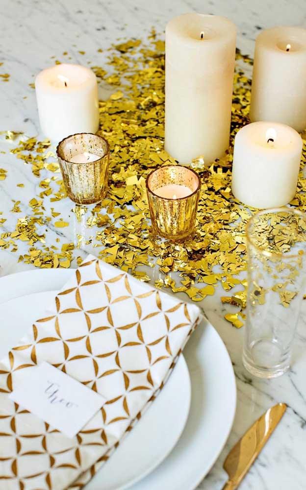 Opção barata de decoração de bodas de ouro: velas douradas