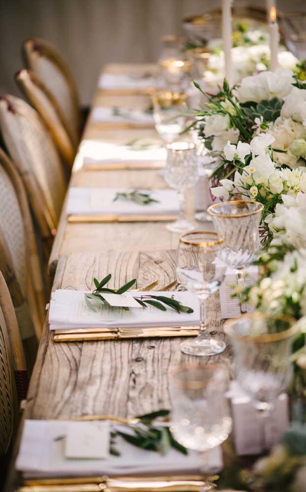 Lindo contraste entre a mesa rústica de madeira e as taças de cristal