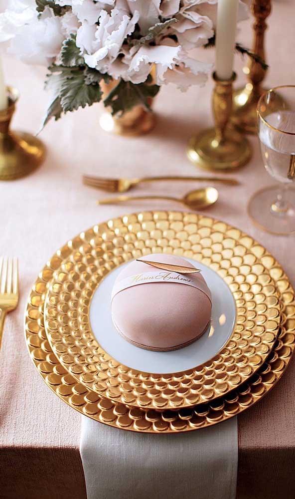 A louça dourada evidencia o tema da festa