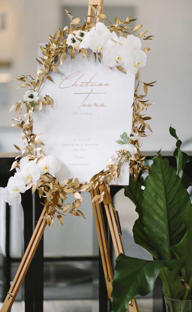 Guirlanda de folhas douradas na recepção da festa de 50 anos