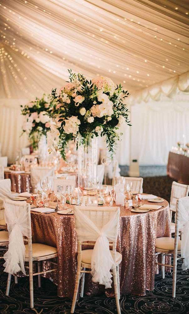 Tons de rosa marcam essa decoração de bodas de ouro