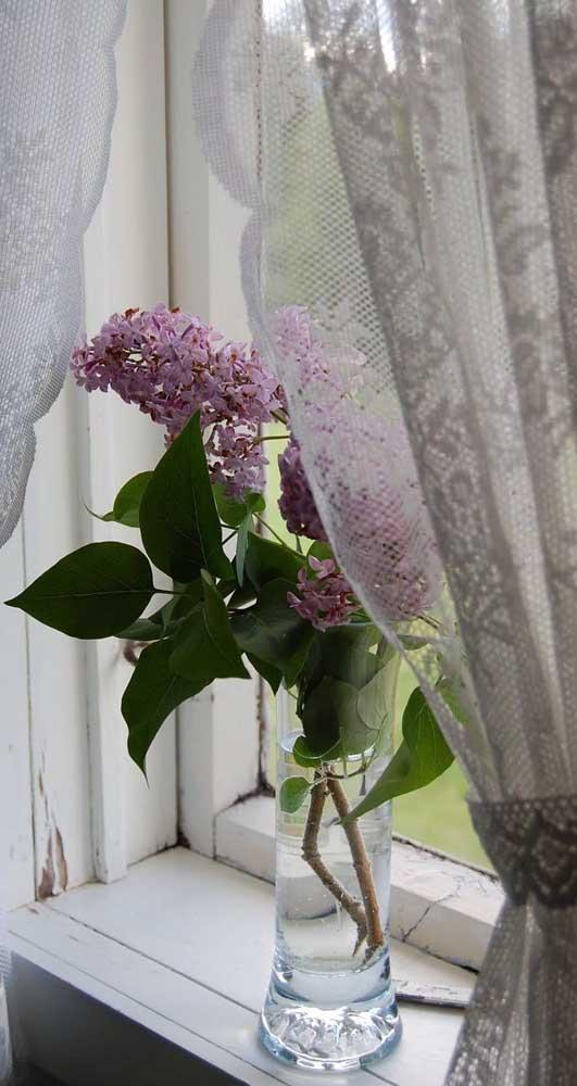 A janela marcada pelo tempo recebeu a cortina de renda em clima rústico e provençal