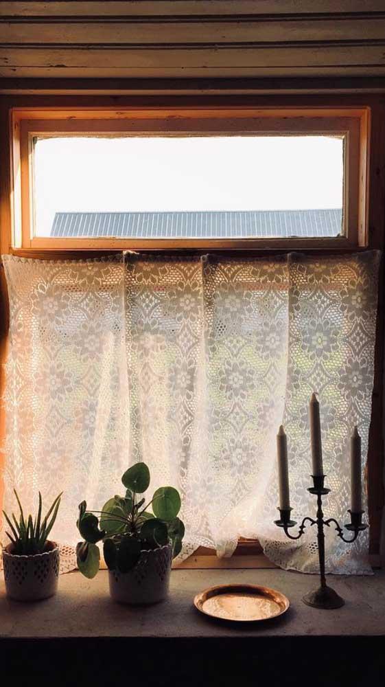 A cortina de renda permite a passagem de luz de modo difuso e aconchegante