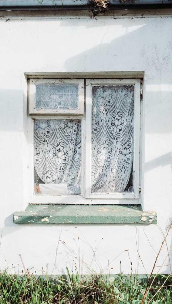 """Seja vista por dentro ou por fora da casa, a cortina de renda sempre traz um """"quê"""" a mais na decoração"""