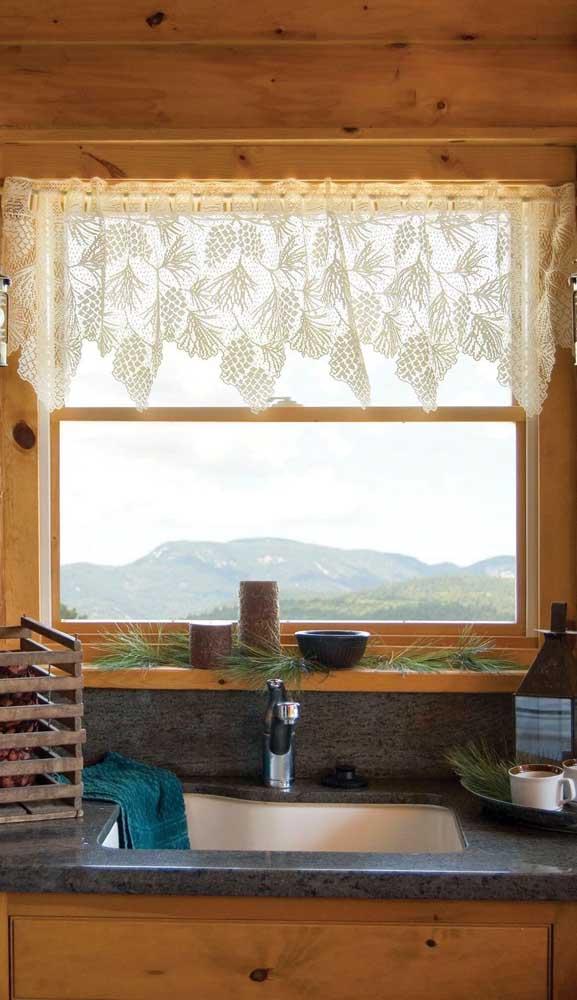 Nessa cozinha, a cortina de renda foi usada apenas na parte superior da janela