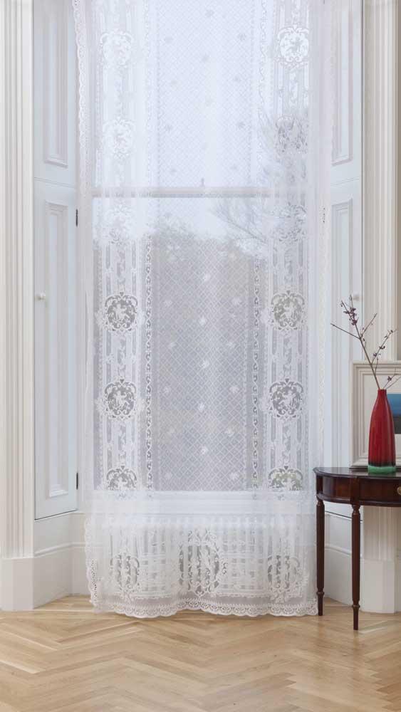 A janela clássica ganhou uma cortina longa de renda até o chão
