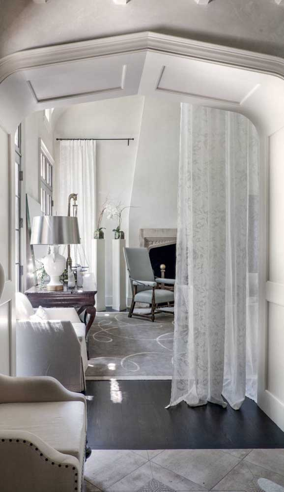 Aqui, a cortina de renda delimita os espaços integrados da casa