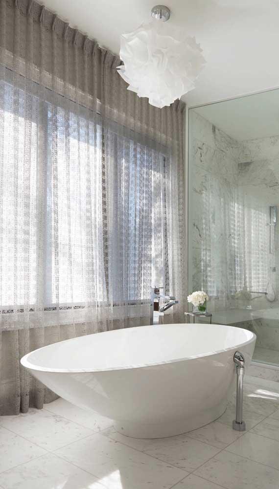 Privacidade garantida nesse banheiro graças a cortina de renda