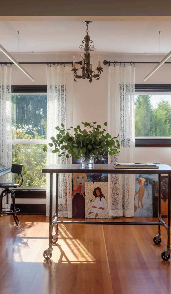 Local de trabalho com cara de casa graças às cortinas de renda