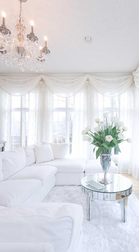 Sala clean e clássica com cortinas de renda branca