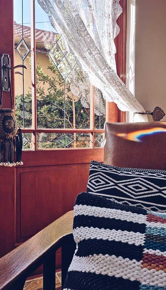 O prendedor lateral facilita a abertura da cortina durante o dia