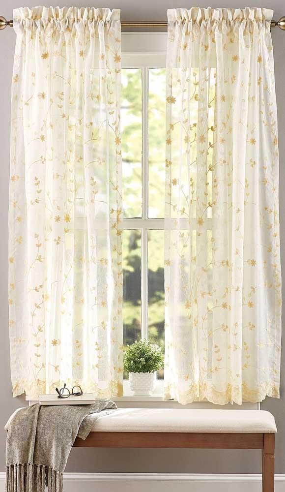 Cortina de renda curta com detalhes florais para o quarto