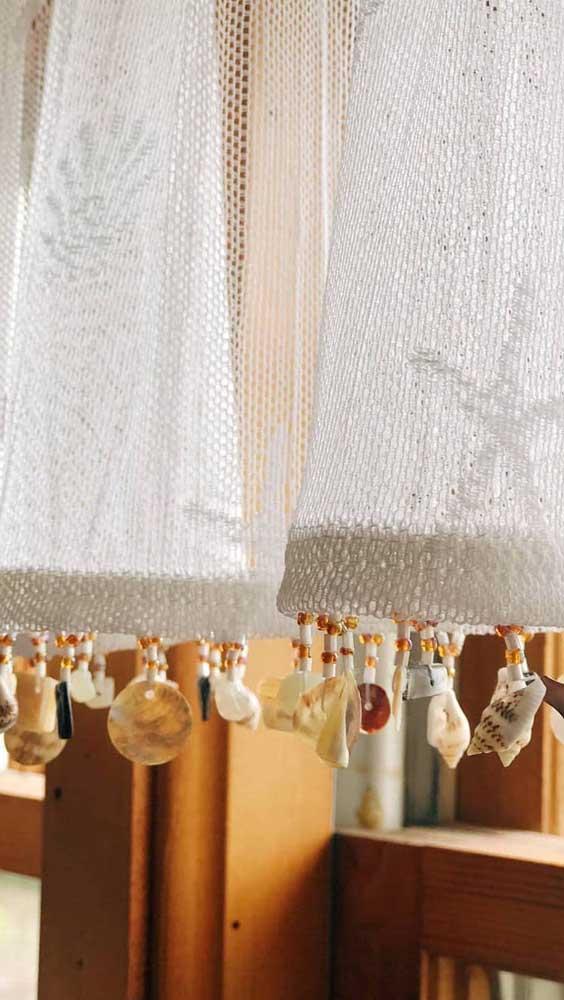 Que charme essa outra cortina de renda com conchas penduradas