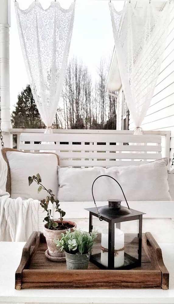Na área externa, a cortina de renda garante um toque a mais para a decoração