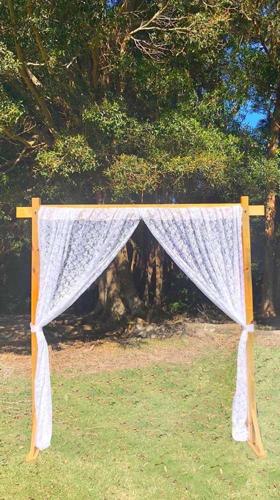 A cortina de renda também fica linda como painel de festas