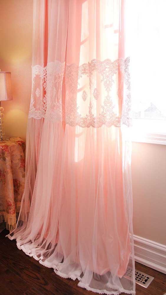 Cortina de voil rosa com faixa de renda central. Perfeita para um quarto romântico