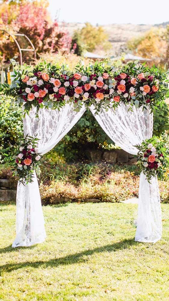 Decore a festa de casamento com um painel de cortina de renda adornado por flores