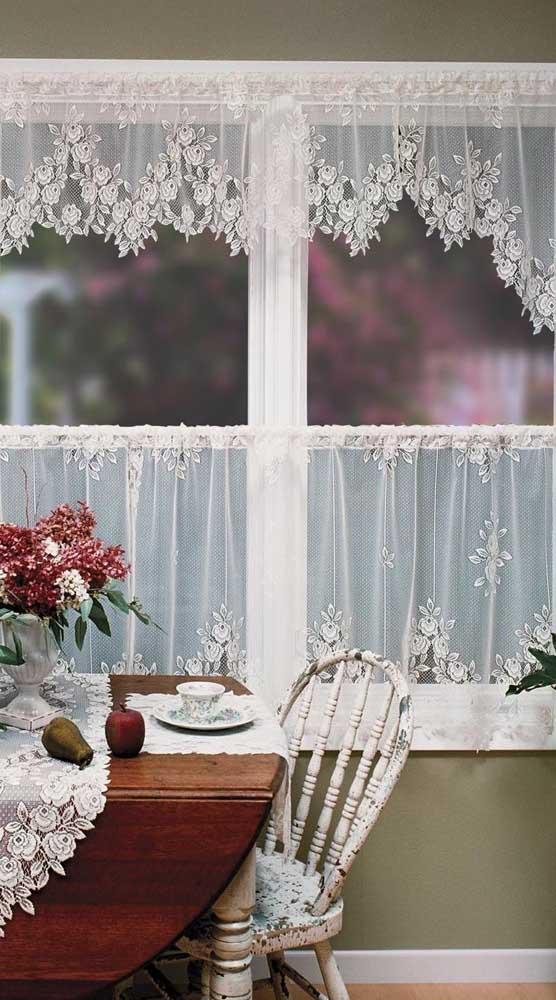 A cozinha rústica e provençal apostou em uma cortina de renda combinando com o caminho de mesa