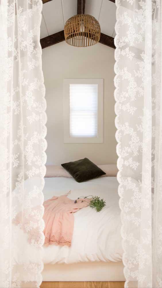 O quarto do casal ficou super romântico com esse modelo de cortina de renda