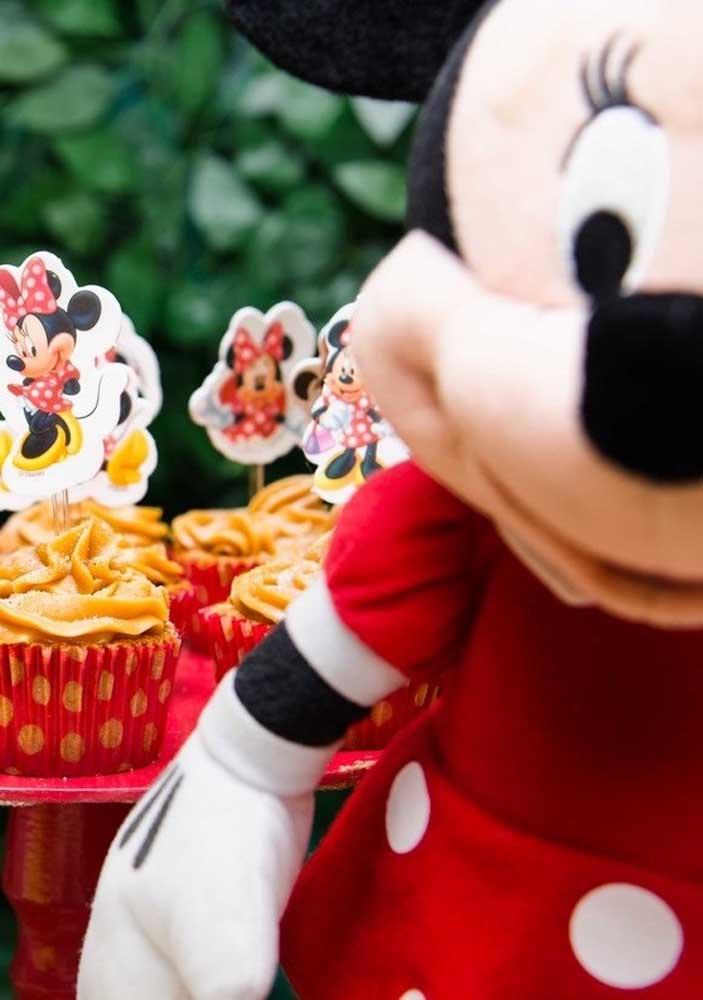 Nada melhor do que colocar a Minnie no topo do cupcake.