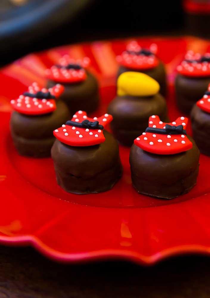 Aposte nos docinhos personalizados de acordo com o tema Minnie vermelha.