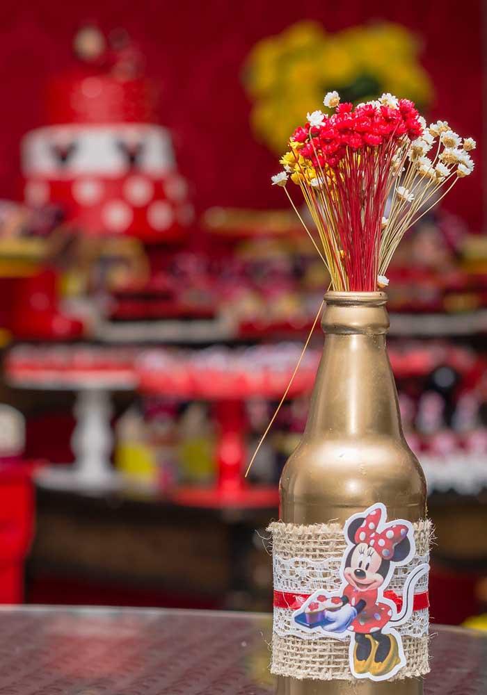 Flores são sempre bem-vindas como centro de mesa Minnie vermelha.