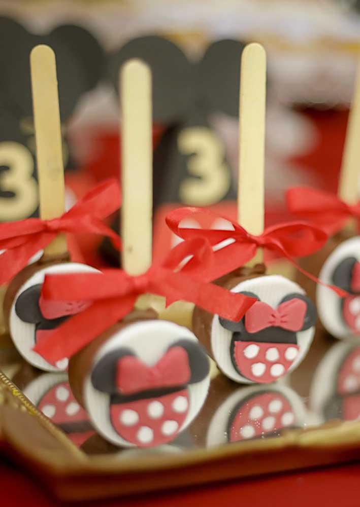 A marca registrada da Minnie pode servir de inspiração na hora de decorar as guloseimas da festa.