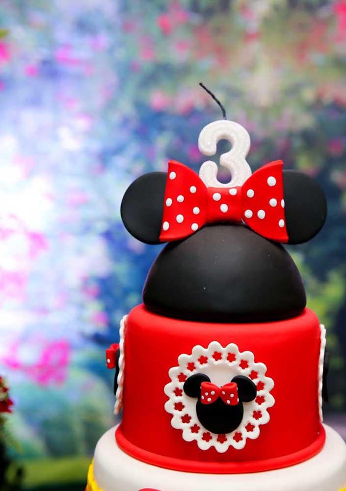 O bolo fake Minnie vermelha permite inovar na produção e apresentar peças criativas.