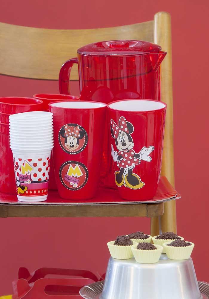 Na festa Minnie vermelha simples dá para personalizar todos os itens do aniversário.