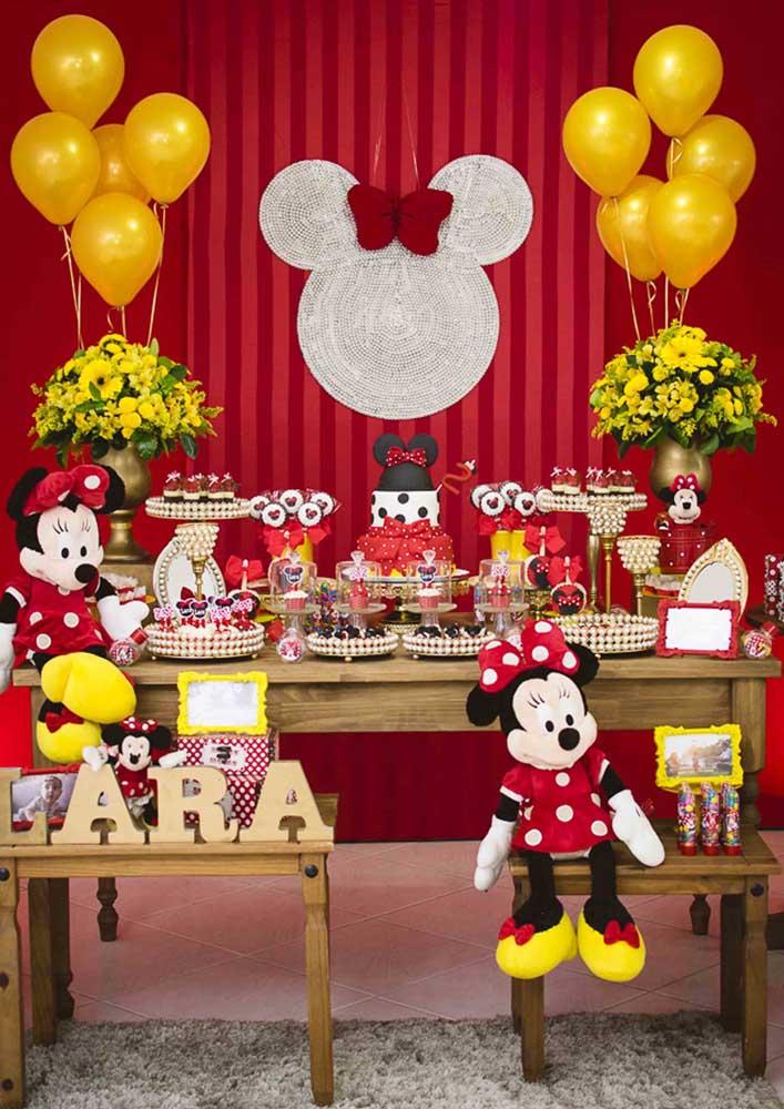 Olha que ideia incrível de fundo Minnie vermelha que você pode usar na festa com esse tema.