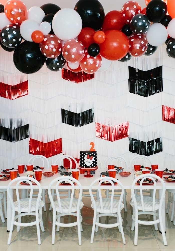 Misture elementos decorativos para fazer uma bela festa Minnie vermelha.