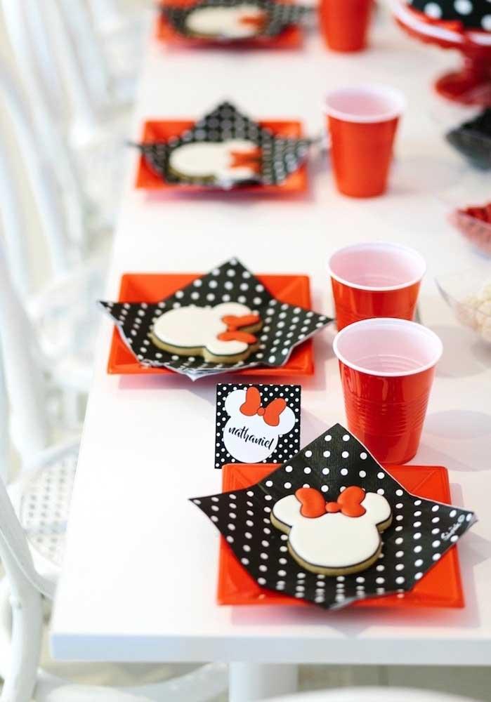 Depois é só deixar a mesa pronta e caprichada para receber os convidados do aniversário Minnie vermelha.