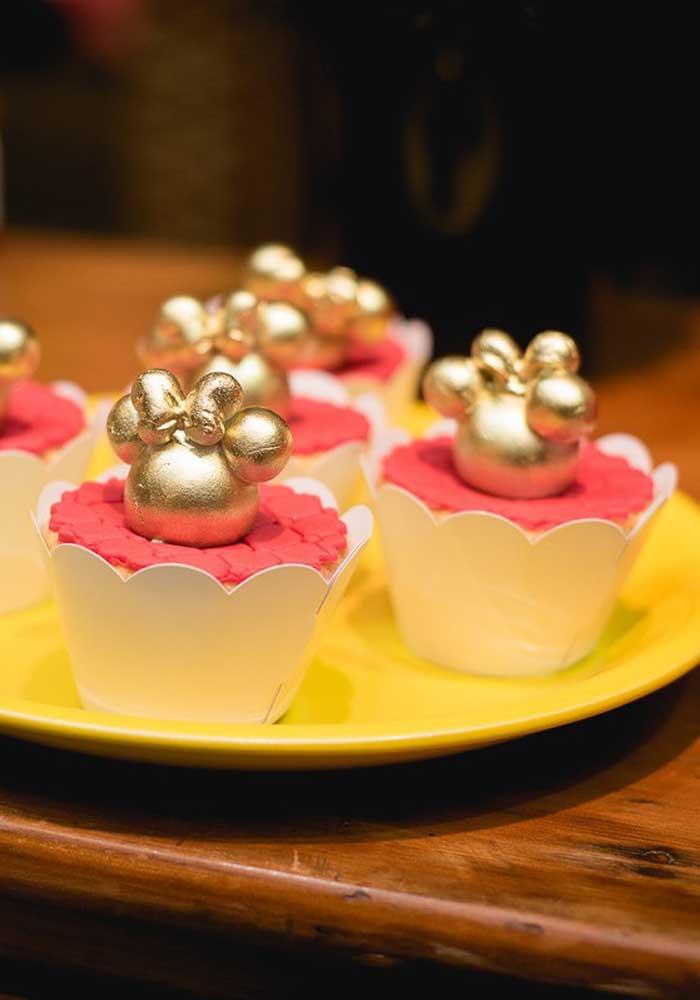 Olha que sofisticação desse cupcake para uma festa Minnie vermelha luxo.