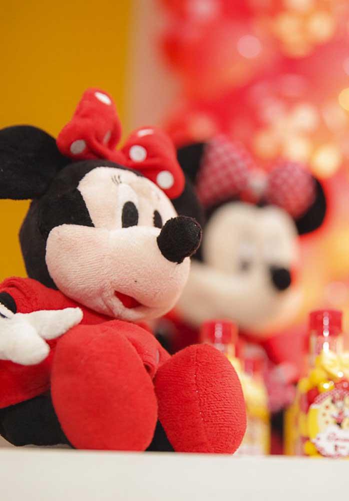 Decore a festa Minnie vermelha com bichos de pelúcia dos personagens principais.
