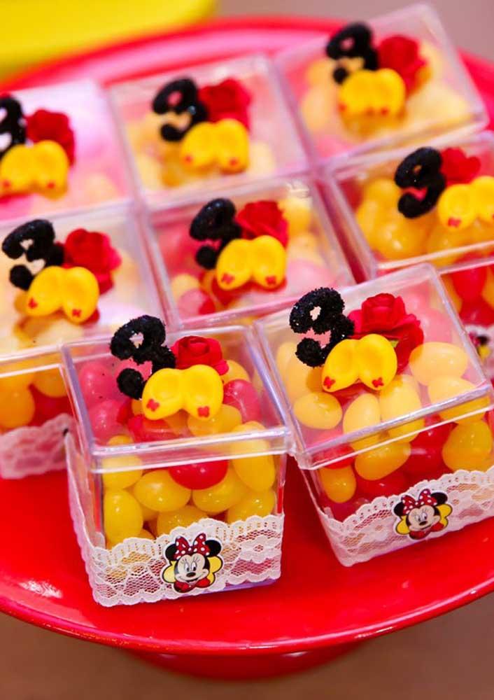 Você mesmo pode fazer as embalagens para colocar as guloseimas da festa Minnie vermelha.