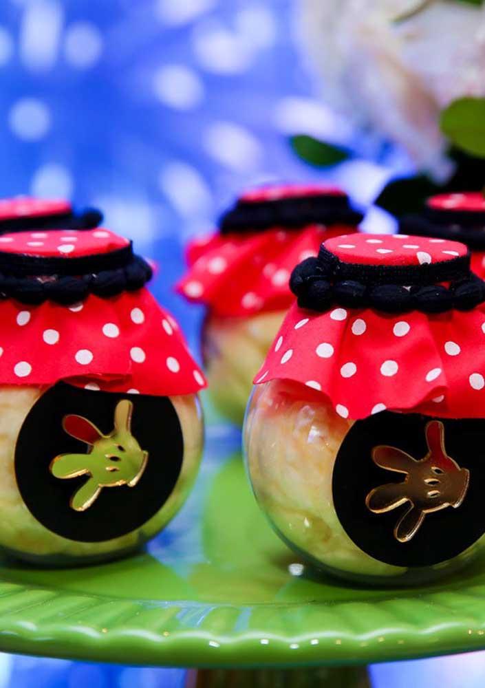 Potinho de doces pode ser a opção perfeita para entregar como lembrancinha Minnie vermelha.