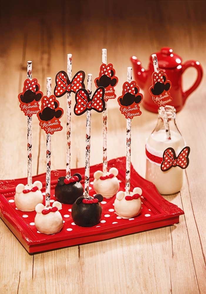 Você pode fazer o cake pop no formato do rostinho da Minnie e personalizar o canudo.