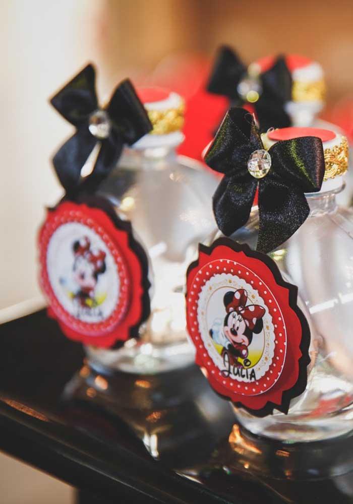 O que acha de presentear os convidados com uma colônia personalizada com o tema Minnie vermelha?