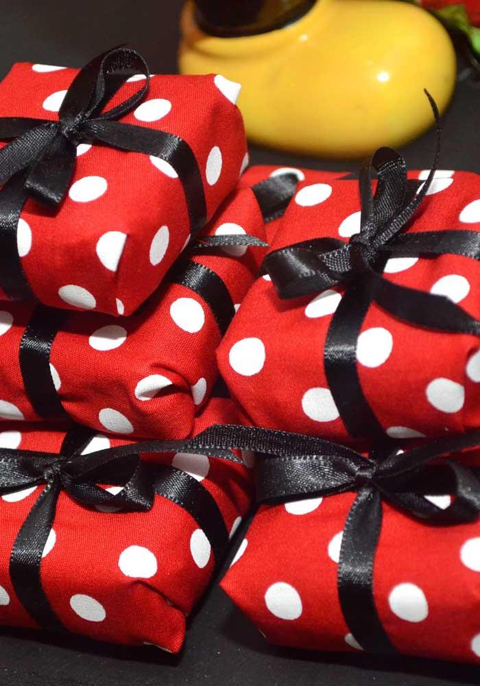 O tecido vermelho com bolinhas pode ser uma ótima opção para fazer como embalagem para algumas guloseimas.