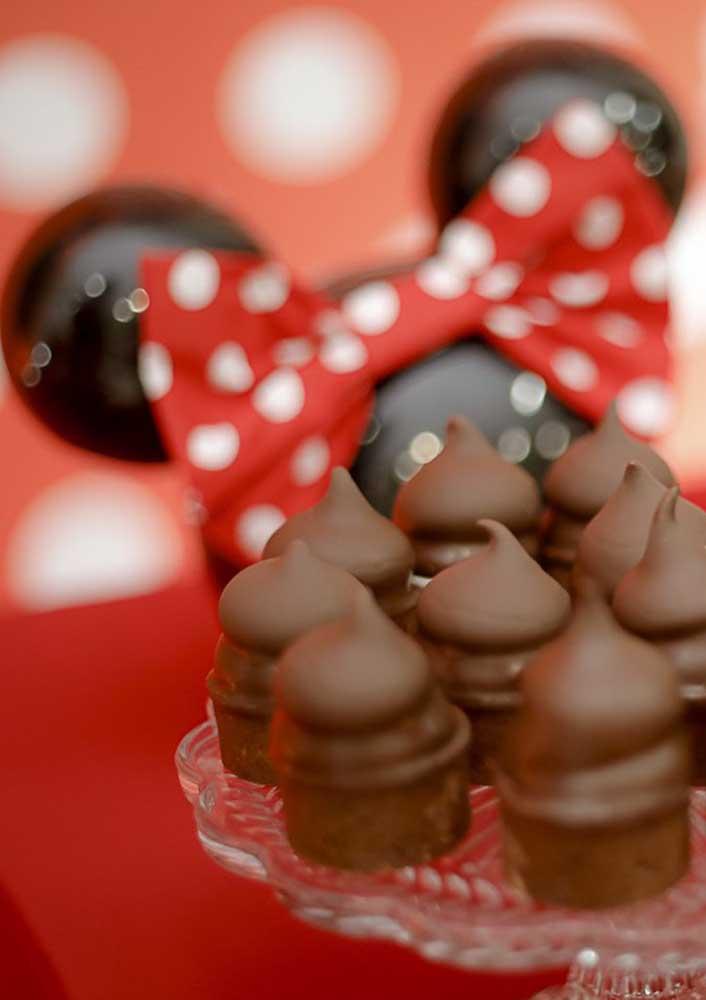 A orelinha de ratinho é uma das principais peças para decorar a festa Minnie vermelha.