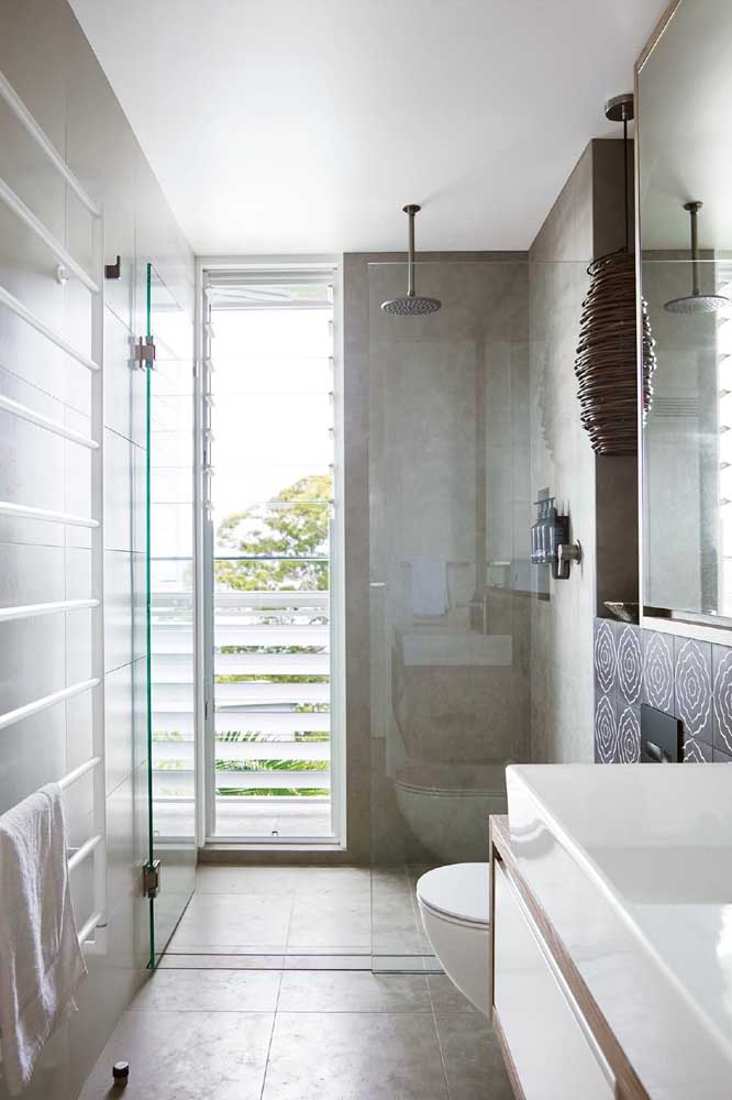 Uma janela que mais parece porta. A abertura do tipo basculante é feita pelas várias folhas de vidro