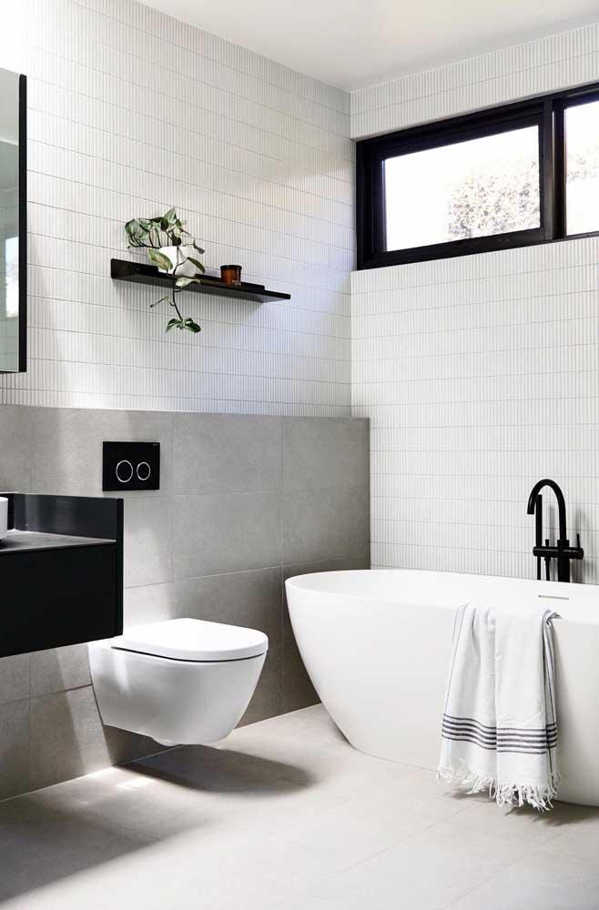 Janela para banheiro maxi ar em alumínio preto para combinar com os demais elementos da decoração