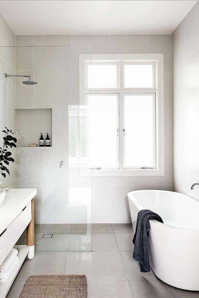 Esse banheiro de estilo clássico apostou na janela de abrir para trazer ventilação e iluminação
