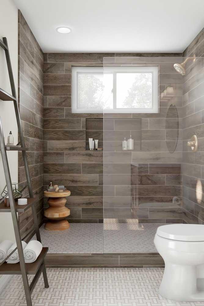 Na dúvida, instale a janela do banheiro na área do box, ao menos assim você garante a saída do vapor