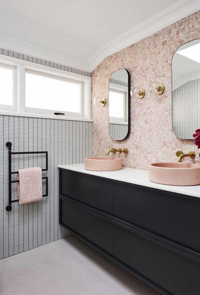 Janela para banheiro basculante dupla. A cor branca do alumínio valoriza a proposta romântica da decoração