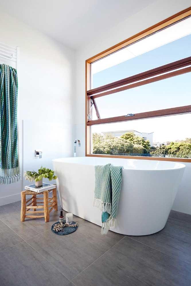 Banheiro moderno com janela basculante em várias folhas