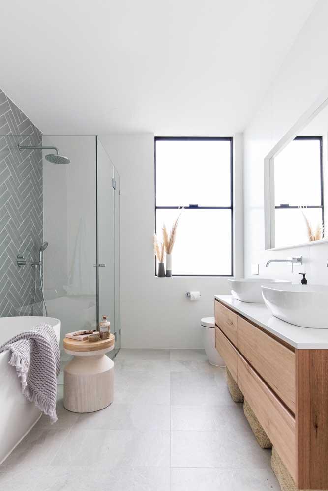 Um modelo minimalista e super atual de janela para banheiro