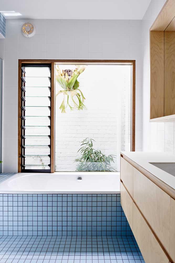 Janela para banheiro de madeira dividida em uma parte fixa e outra de abertura basculante