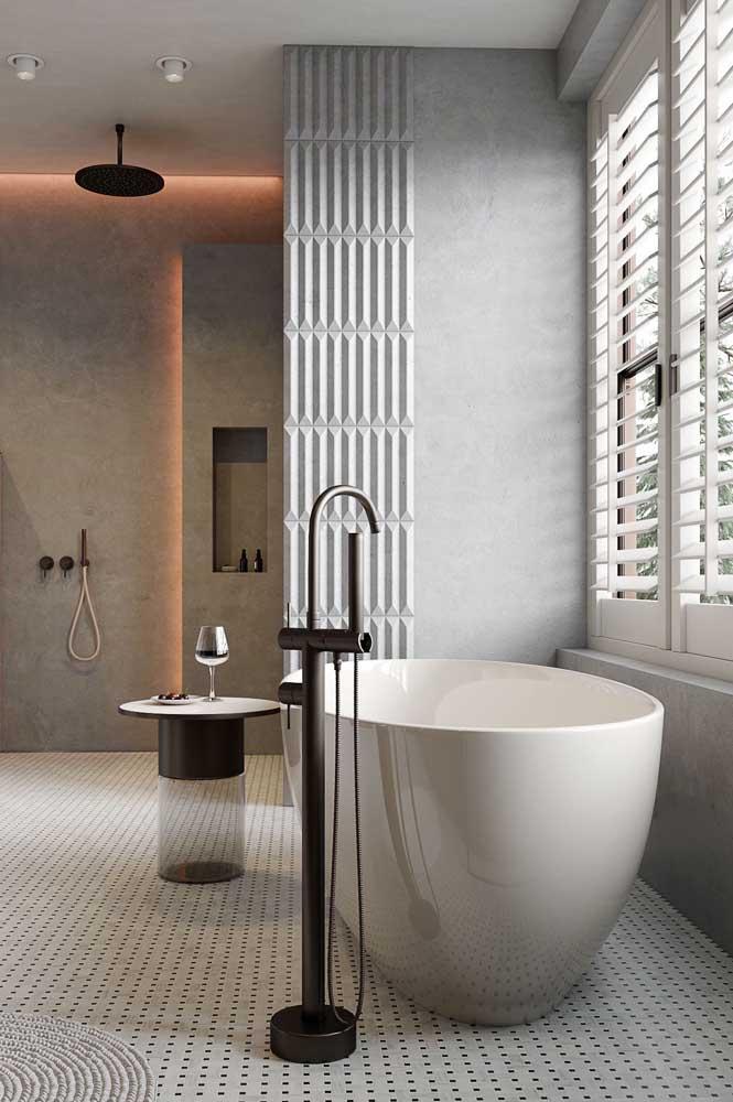 A veneziana da janela de madeira garante a privacidade na hora do banho
